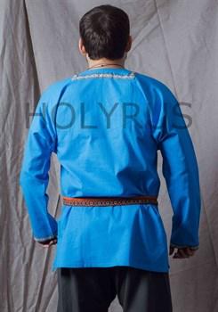 Рубаха Holyrus с декоративной нашивкой голубая - вид сзади с поясом