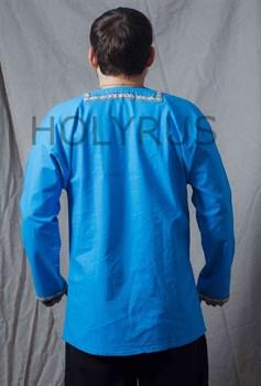 Рубаха Holyrus с декоративной нашивкой голубая - вид сзади без пояса
