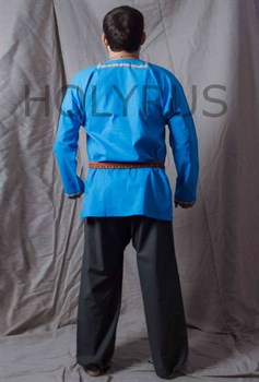 Рубаха Holyrus с декоративной нашивкой голубая - вид сзади с поясом в полный рост