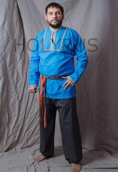 Рубаха Holyrus с декоративной нашивкой голубая - вид спереди с поясом в полный рост