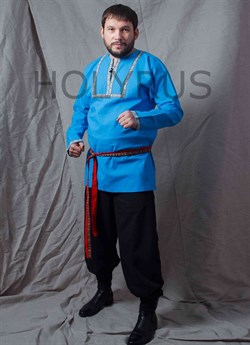 Рубаха Holyrus с декоративной нашивкой голубая - в стойке в полный рост